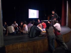 Grupo trabajando en sesion de audición dirigida