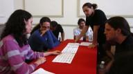 Marisol Jiménez y Christopher Trebue Moore analizando piezas de compositores inscritos.